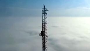 Már a felhők fölött nyújt extrém látványt az Esernyős Ember