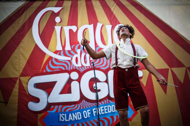 A fesztiválozók feje fölött lógnak a cirkuszosok a Szigeten
