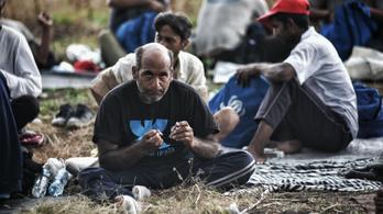 Megtiltották az Oltalomnak és a Migszolnak, hogy ételt osszanak a határnál rekedteknek