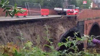Leszakadt vasúti híd miatt bénult még London elővárosi közlekedése