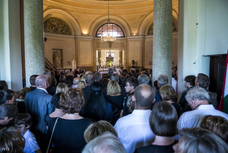Gyászolók a Szent Kereszt Felmagasztalása plébániatemplomban