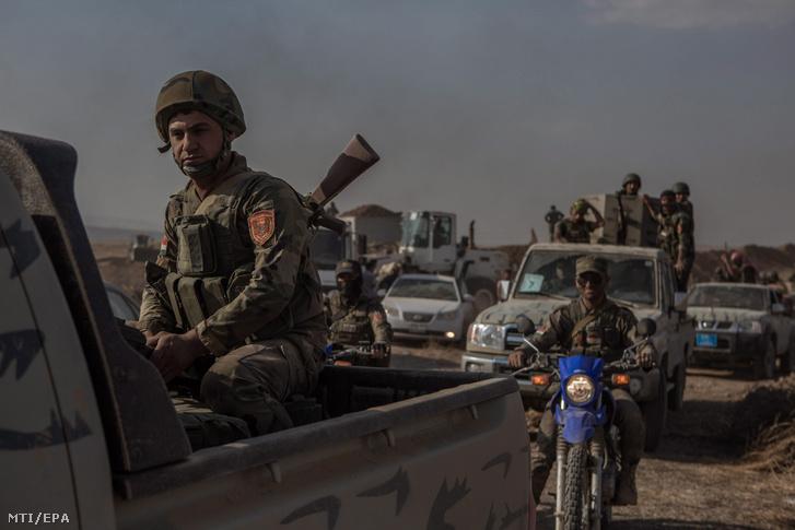 Iraki kurd harcosok katonai járművei az észak-iraki Muftiban 2016. május 29-én miután visszafoglalták a falut az Iszlám Állam (IÁ) dzsihadista szervezet fegyvereseitől.