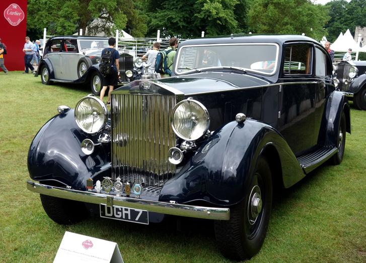 Összesen 726 darab Phantom III önjáró alváz készült 1936 és 1939 között, majd egyetlenegy darabot még legyártottak 1940-ben. A karosszériaépítő műhelyek viszont még 1941-42 magasságában is dolgoztak ezeken a vázakon. A képen egy 1936-os Rolls-Royce Phantom III Freestone & Webb karosszériával