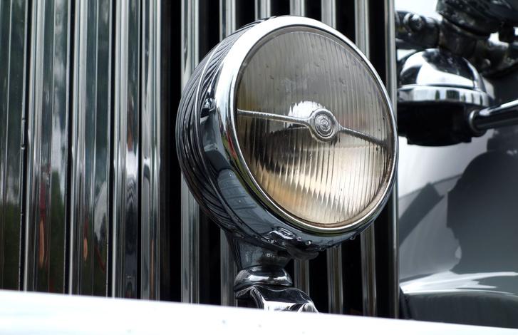 Akkoriban egyetlen ködlámpát hordott a legtöbb autó (már amelyiken volt ilyen), küklopsz-stílusnak is nevezték ezt. Egyébként a Gurney Nutting karosszálta Malcolm Campbell 1931-es Blue Bird sebességi rekorder autóját