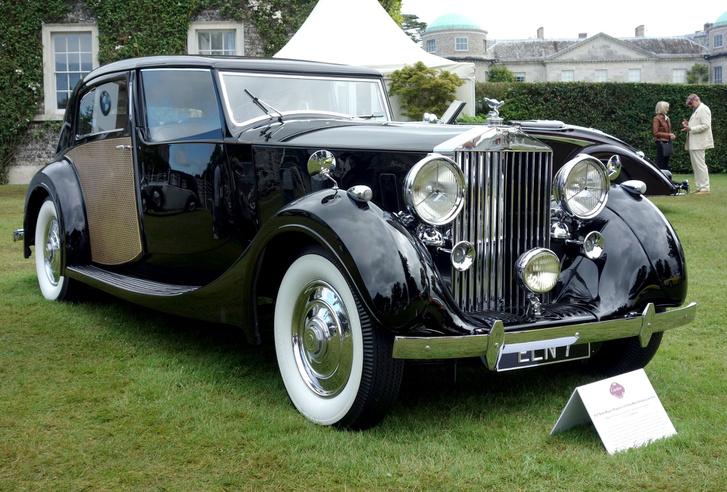 Valamennyi kiállított Phantom III közül ez volt a legmellbevágóbb és legkívánatosabb Goodwoodban. Egy 1937-es Park Ward Sedanca de Ville-t látnak, s kicsi a világ: tulajdonosa az ismert gyűjtő, Lord Bamford, akinek két évvel ezelőtt a Ferrari 250 GTO-ját megtapogattam az Ennstal Classicon. Ja, ezt az autót épp abban az évben vette