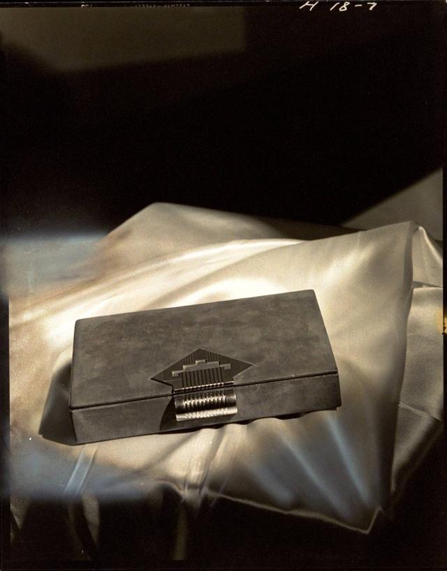 Arany csattal rögzített barna velúr cluth táska a Vogue 1936-ös számában.