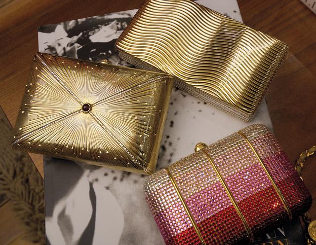 Arany és kristályokkal díszített ékszertáskák Judith Leibertől.