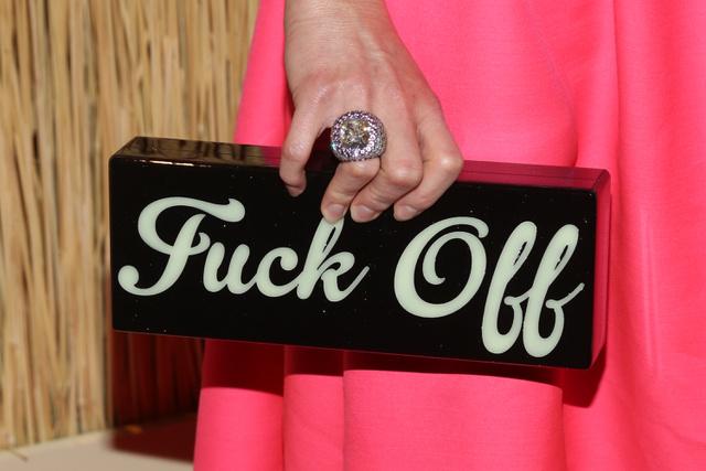 Az elmúlt pár évben divatosan lettek a provokatív feliratok a luxustáskákon.