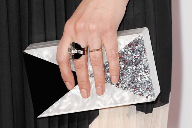 Nagy kedvencünk ez az Art deco ihletésű táska, amit Emily Deschanel vitt magával a 40.People Choice Awardsra.