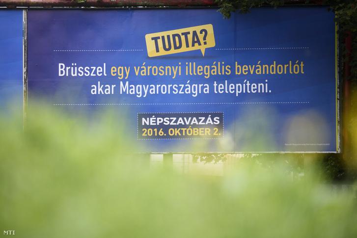 A kormány óriásplakátokon kampányol