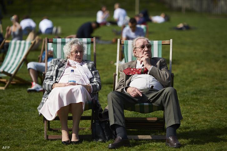 Brit nyugdíjasok pihennek egy londoni parkban