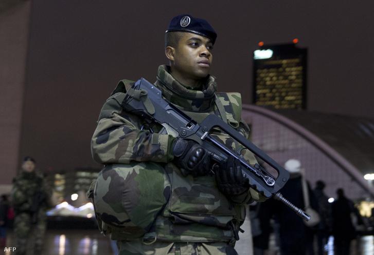 Francia katona járőrözik egy FAMAS-sal Párizs üzleti negyedében
