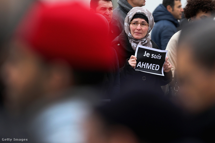 Gyászolók a Charlie Hebdo szerkesztőségénél történt merényletben elhunyt Ahmed nevű rendőr temetésén