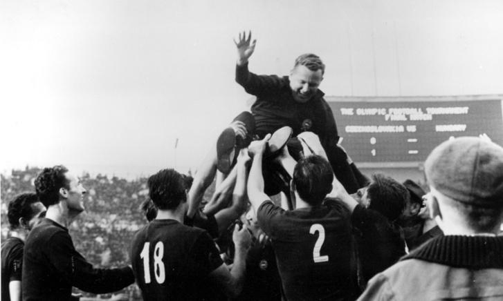 A magyar csapat ünnepli győzelmét a tokiói olimpián,n 1964. október 21-én