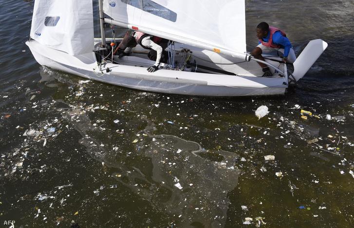Szennyezett víz a Rio de Janeiró-i olimpia vitorlásversenyeinek helyszínén, a Guanabara-öbölben, 2016. augusztus 1-én.