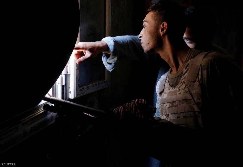 A mesterlövész (haloványan, de kivehető fegyverén a távcső) rejtekhelyéről méregeti az Iszlám Állam pozícióit. Szirt városában idén januárban egy titokzatos mesterlövész a terrorszervezet három vezetőjével is végzett, de azóta nem adott hírt magáról - könnyen lehet, hogy elkapták.