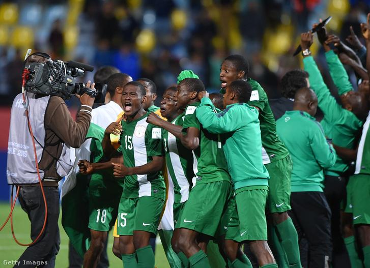 A nigériai U17-es válogatott ünnepel, miután 2015-ben megnyerték a világbajnokságot