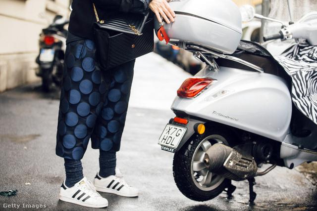 Az elegánsabb szerelésekhez és táskákhoz is Adidas Superstart passzintunk.