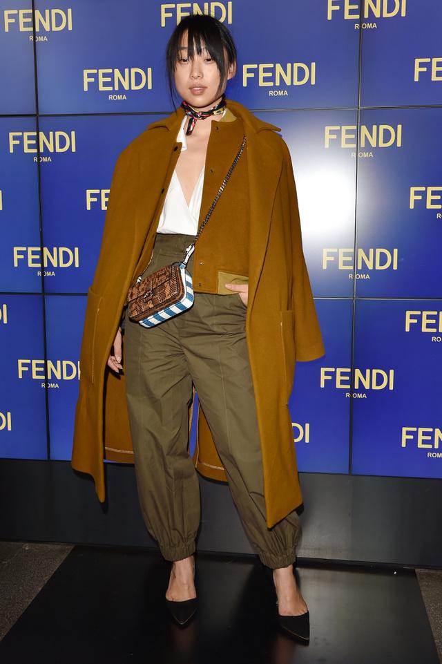 Katona stílus, chocker nyaklánc és vállra terített kabát volt a trend a divathéten is.