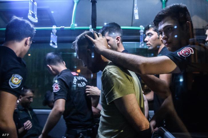 Letartóztatják a törökországi katonai puccs egyik résztvevőjét