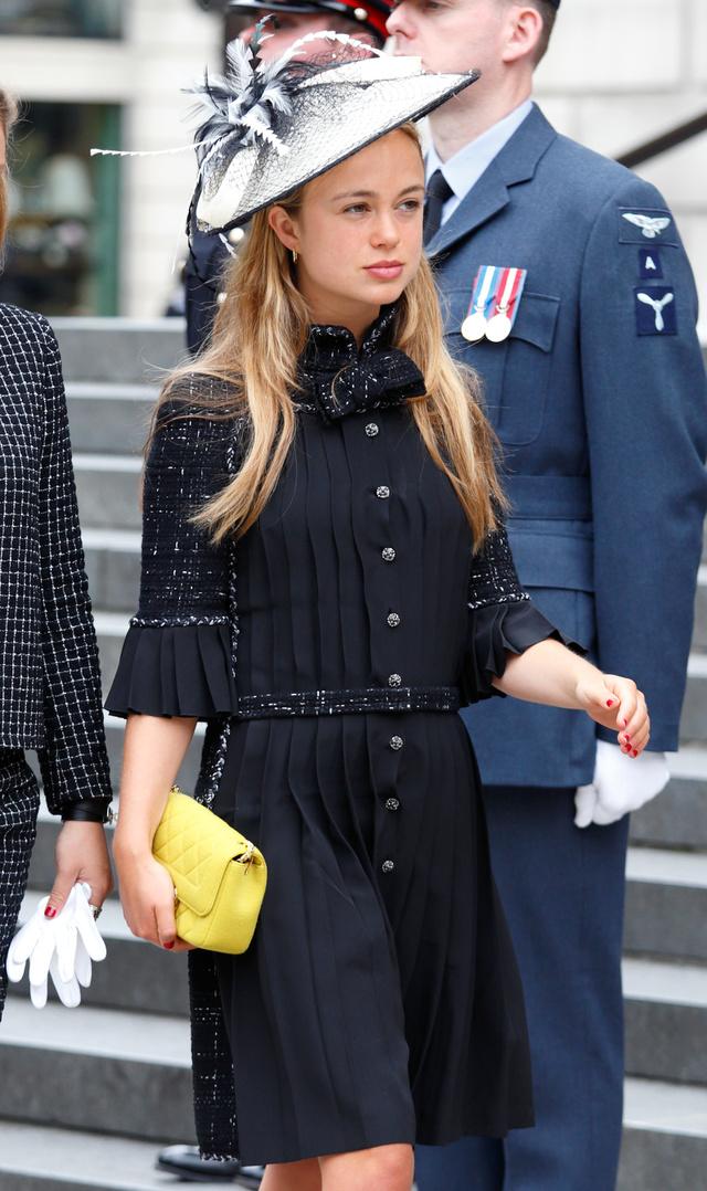 Sárga táskával dobta fel a fekete ruhát és az ezüst árnyalatú kalapot II. Erzsébet királynő 90. születésnapján.