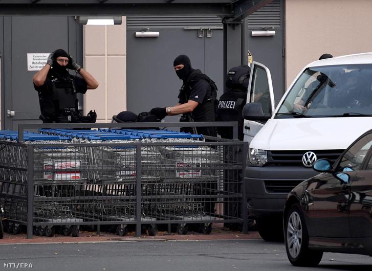 Rendõrök a kiürített brémai Weserpark bevásárlóközpont elõtt 2016. július 27-én miután egy Algériából érkezett 19 éves menedékkérõ megszökött egy pszichiátriai intézetbõl és robbantással fenyegetõzött.