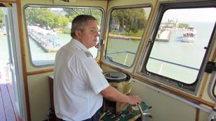 Ismerje meg a hajóskapitányt, aki a tihanyi kompot vezeti!