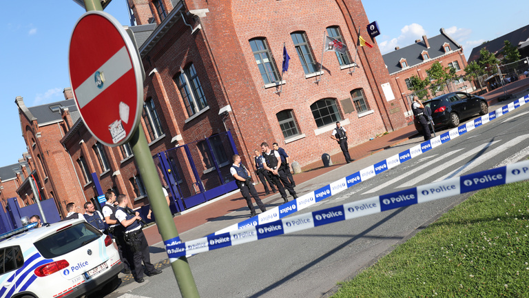 Machetével, Allah Akbar kiáltással támadtak a rendőrökre Belgiumban
