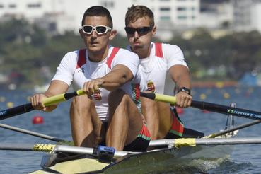Simon Béla (elöl) és Juhász Adrián a 2016-os riói nyári olimpia normálsúlyú kormányos nélküli kettes versenyszámának elõfutamában.