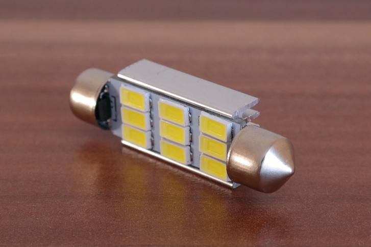Ha jól emlékszem, 300 lumen, ami közel a harmada annak, amivel egy H4-es lámpa bevilágítja 30-40 méteren az utat a kocsi előtt...