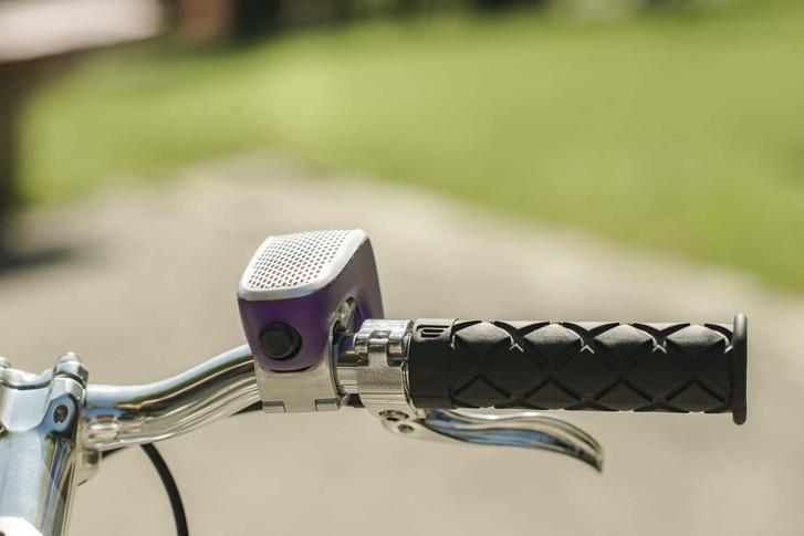 Egyetlen gomb lesz a kész terméken is, az a kis joystic, amivel a különféle csengőhangokat lehet megszólaltatni az eszközből.