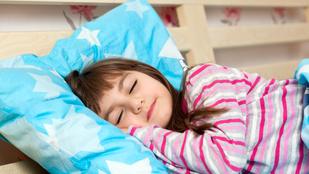 Kiderült, mennyit kellene aludnia a gyereknek