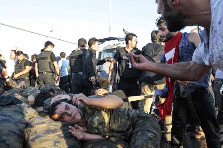 A puccskísérletben résztvevő katonával kiabál egy civil az isztambuli Boszporusz hídon, 2016. július 16-án. A puccskísérletet letartóztatások és a török katonaság megtisztítása és átszervezése követte.