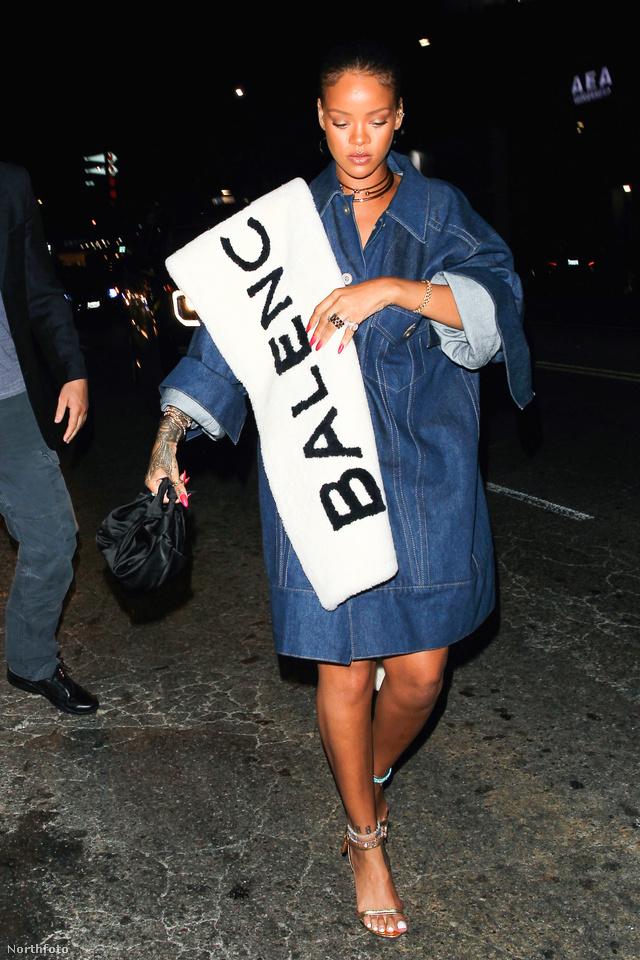 A Balenciaga nem szerénykedett a logó elhelyezéssel a szezonban. A vállon is hordható sálat, amit Rihanna már a nyár közepe óta reklámoz, 651.495 forintért lehet beszerezni a francia divatháznál.