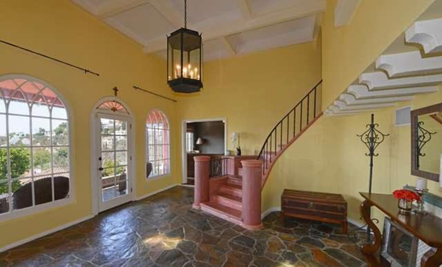 Tágas tér és a divatból kiment színek uralják Longoria házát.