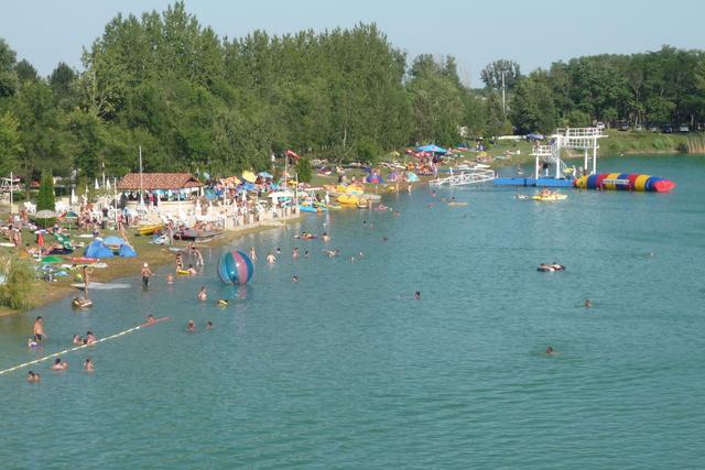 Rukkel-tó: óriáscsúszda, kék víz, mi kell még?