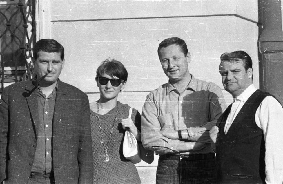 4 író, 2 pár. A pipázó Bertha Bulcsu mellett felesége, Nagy Franciska áll. Bertha a Balaton környékén töltötte gyermekkorát, segédmunkásból lett könyvtáros, elbeszélések, regények, tárcák, tévéjátékok írója, 1976 és 1994 között az Élet és Irodalom főmunkatársa. Kor-és kartársairól született az Írók műhelyében c. portrékötete. Nagy Franciska meséket írt a Kisdobosba, a Dörmögő Dömötörbe és a Nők Lapjába. Birbax c. meseregénye és a pöttyös könyvek között megjelent Macska a zongorában lehet még ismerős.A kép másik oldalán Szakonyi Károly és Gyurkovics Tibor áll. Híresen nagy barátság volt az övék, melyet Szakonyi Dring és Drong, a két bohóc történeteiben, Gyurkovics pedig a Kiskutya - nagykutya c. könyvében örökített meg. A ma 85 éves Szakonyi Károly elbeszéléseket, regényeket, tévé- és rádiójátékokat írt, de ott volt az irodalmi élet szervezésében is: folyóiratokat szerkesztett (Kortárs, Lyukasóra), két évtizedig vezette az Irodalmi Alapot. Ő alapította Magyar Művészeti Akadémia Színházi Tagozatát, 2013 elején lépett ki a szervezetből.Gyurkovics Tibor az ötvenes évek elején pszichológusi oklevelet szerzett az ELTE BTK-n, írás mellett dolgozott a Pest Megyei Bíróság igazságügyi szakértőjeként. 1994-ben rövid ideig a magyar labdarúgó-válogatott pszichológusa volt. Legtöbben mégsem innen, vagy akár regényei, színművei miatt ismerjük, hanem mint a Lyukasóra című tévéműsor egykori állandó résztvevőjét.