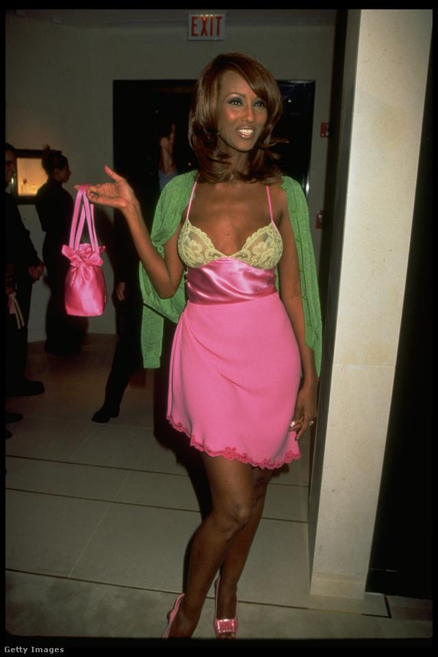 A híres modell, Iman a Versace emlékezetes kombiné ruhájában pózolt a 90-es években.
