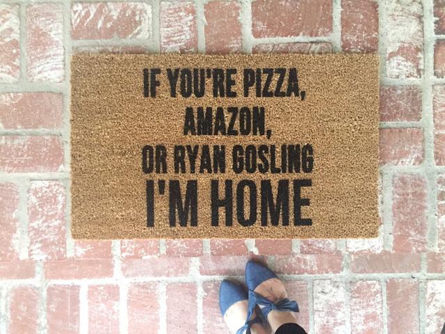"""""""Amennyiben te pizza, az Amazon, vagy Ryan Gosling vagy, akkor itthon vagyok.""""  A vicces üzenetet közvetítő lábtörlőért 11 168 forintot kérnek az etsy.com oldalán."""
