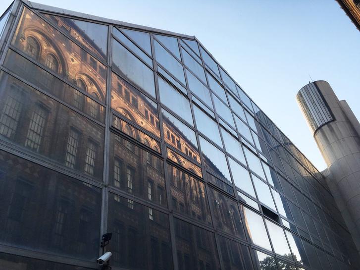 A Levéltár tükörképe az oldalhomlokzaton.