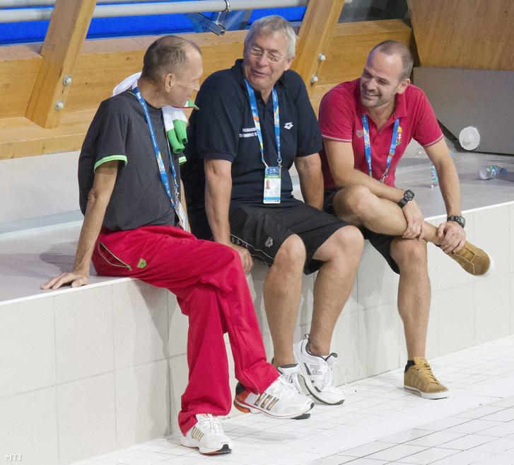 Széles Sándor (b) Kovácshegyi Ferenc (k) és Virth Balázs Gyurta Dániel edzõi a magyar úszóválogatott edzésén a kazanyi vizes világbajnokságon 2015. július 30-án.