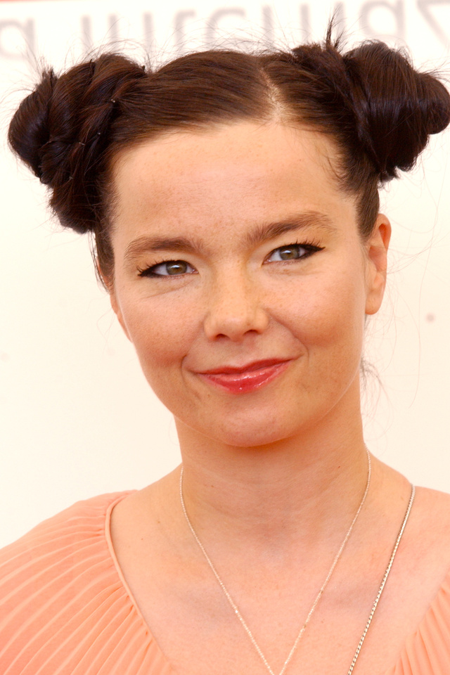Björk is gyakran jelent meg ilyen frizurával.