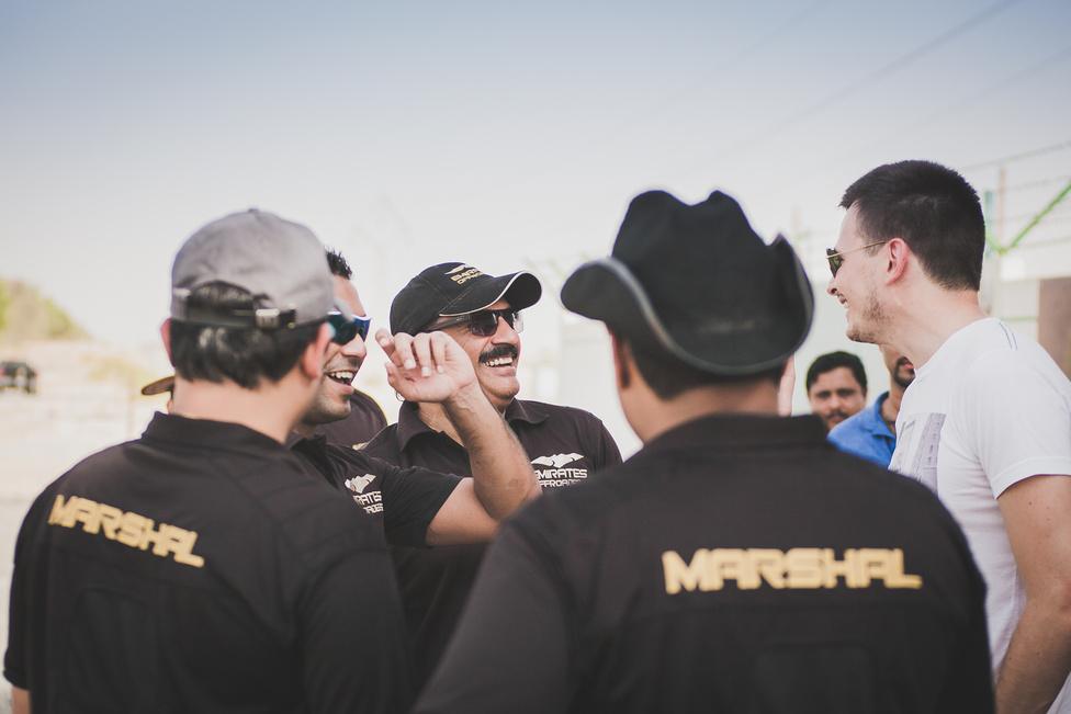 A marshalok szava szent, minden résztvevőnek követnie kell az utasításaikat.
