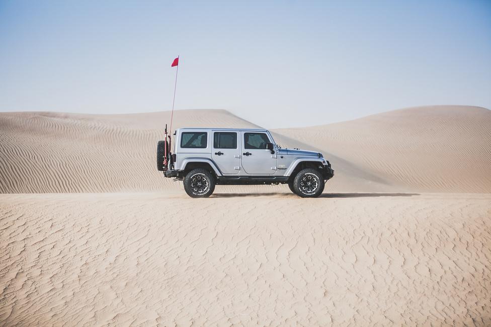 A Jeepek megítélése már nem ennyire pozitív. Blaze először csak annyit mondott, hogy nagyon jól teljesít a homokban, de amikor rákérdeztem, hogy mi az a Jeep Rescue Team matrica a Toyotáján, felnevetett:                         -Állandóan felforrnak!