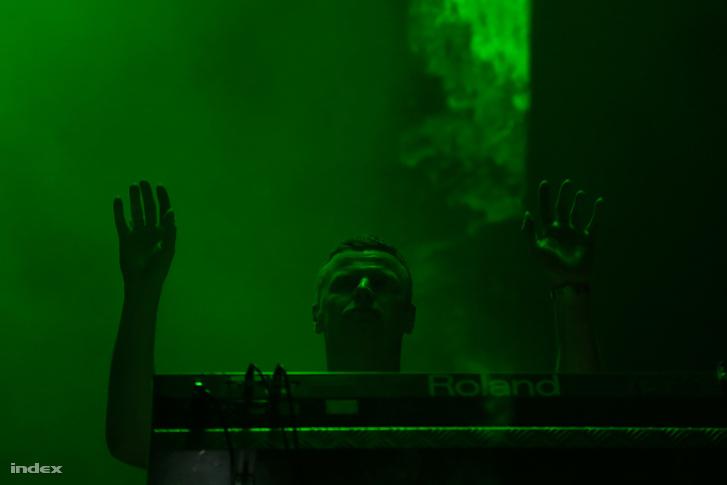 Az est főattrakciója a Chemical Brothers volt, akik vetítéssel, fénytechnikával és rengeteg zöld lézerrel készültek. Ha kellően távol állt az ember a színpadtó, akkor nem is látta, hogy vannak emberek a színpadon.