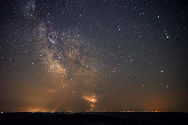 Csillagos égbolt és hullócsillag Zselicen