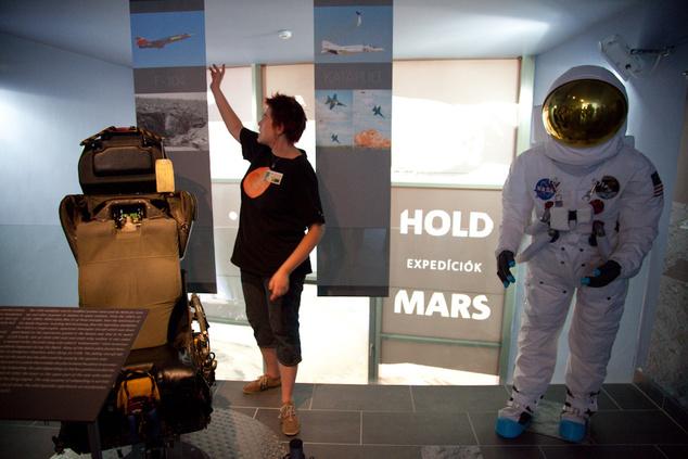 Lelkes szakemberek vezetnek körbe a látogatóközpontban - a képen Boros-Oláh Mónika, csillagász