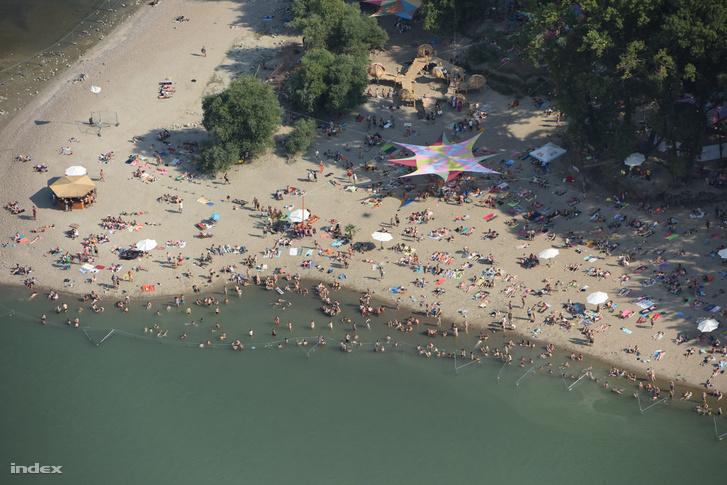 Egy tavalyi kép a strandról, ez most mind víz alatt van