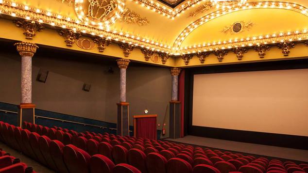 1929. szeptember 30-án itt mutatták be az első hangosfilmet