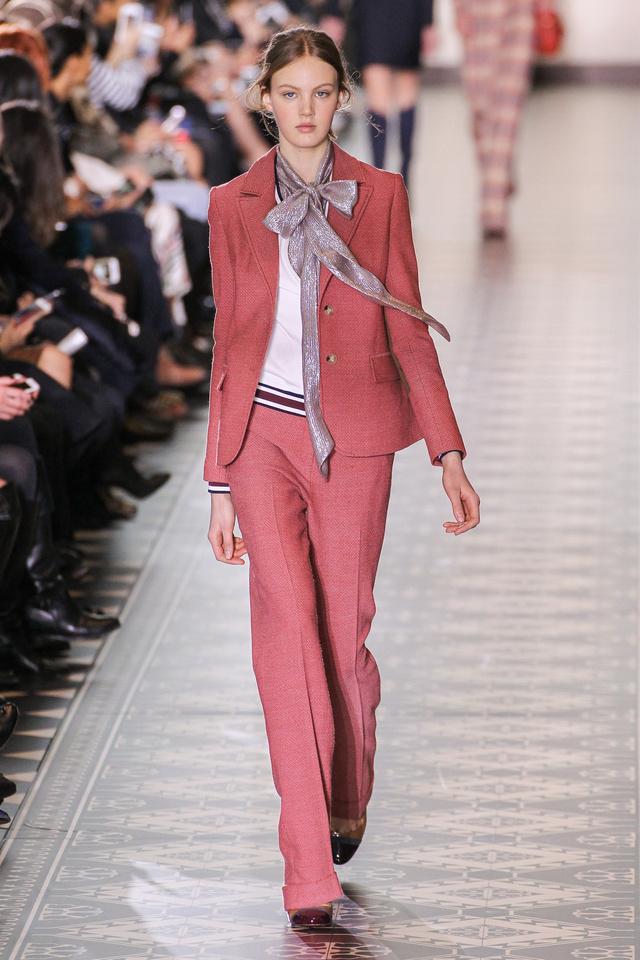 Masnis selyemsállal dobjuk fel a rózsaszín nadrágkosztümöt Tory Burch szerint.